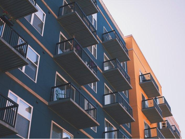 Blå och orange byggnadsfasad