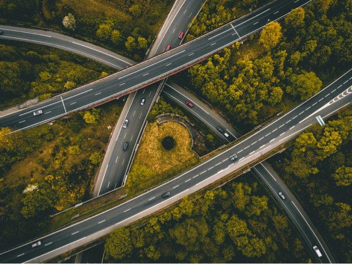 Flygfoto på korsande motorvägar
